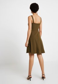 Dorothy Perkins - BUTTON THROUGH BOW CAMI - Žerzejové šaty - khaki - 3