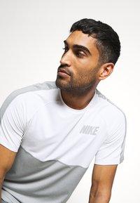 Nike Performance - DRY - Camiseta estampada - smoke grey/light smoke grey - 4