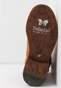 Felmini Wide Fit - GREDO - Cowboy/biker ankle boot - cognac - 6
