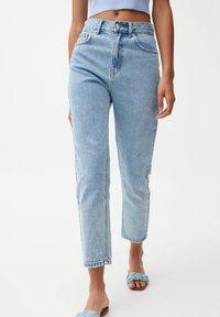 PULL&BEAR - MOM - Relaxed fit jeans - mottled light blue - 0