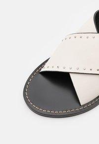 TWINSET - CIABATTINA  - Pantofle - neve - 3