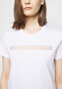 Elisabetta Franchi - T-shirts med print - gesso - 5