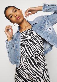 Calvin Klein Jeans - CROP TRUCKER - Denim jacket - light blue - 3