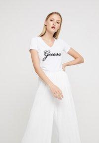 Guess - SLIM FIT - Print T-shirt - true white - 0