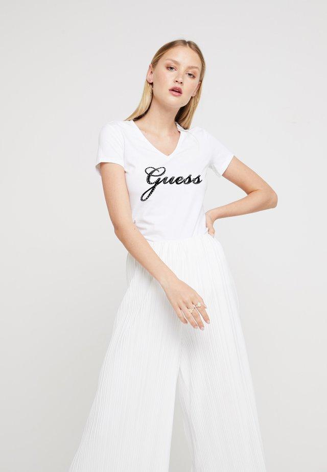 SLIM FIT - T-shirt z nadrukiem - true white
