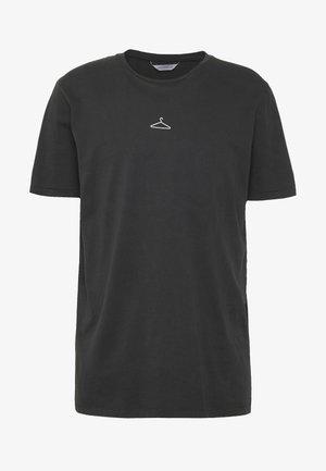 HANGER TEE ADD ON - Print T-shirt - washed black/white hanger