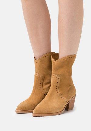 Cowboy/biker ankle boot - light cognac