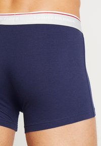 Tommy Hilfiger - PREMIUM ESSENTIALS TRUNK 3 PACK - Underkläder - dark blue/olive/light grey - 2