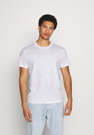 EMBOSSED REGULAR FIT TEE - Print T-shirt - bright white