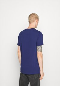 AMICCI - SIRMONE - Print T-shirt - navy - 2
