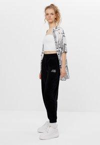 Bershka - Teplákové kalhoty - black - 1