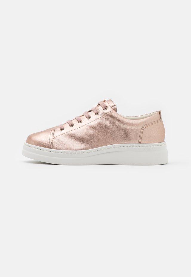 RUNNER UP - Sneakers laag - medium pink