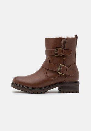 WIDE FIT ARUBABUCKLE BOOT - Cowboy/biker ankle boot - tan