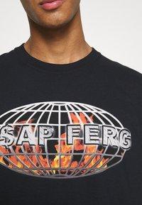 Mennace - A$AP FERG FLAME GLOBE  - T-shirt med print - black - 5