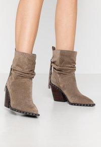Alma en Pena - Cowboy/biker ankle boot - taupe - 0