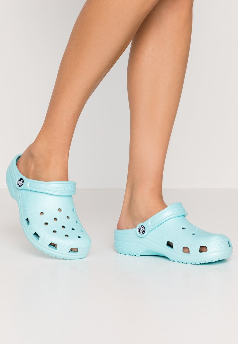 Crocs - CLASSIC - Kapcie - ice blue