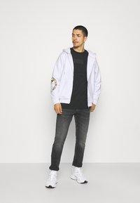 Carlo Colucci - UNISEX - Zip-up sweatshirt - white reflectiv - 1