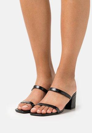 SQUARED STRAP  - Pantolette hoch - black