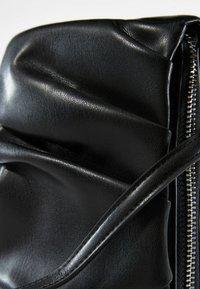 Bershka - MIT KETTE UND ZIERFALTEN  - Handbag - black - 4