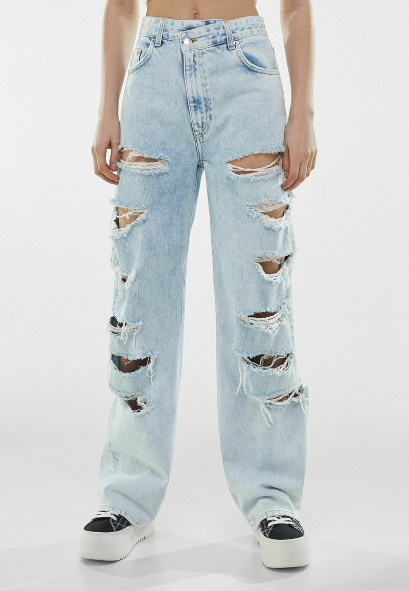 Bershka - MIT RISSEN  - Jeansy Relaxed Fit - light blue