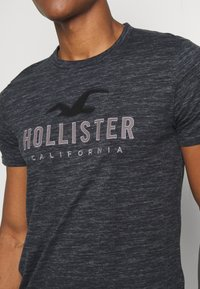 Hollister Co. - TONAL GRAPHIC 3 PACK - T-shirt con stampa - light blue/blue/black - 6