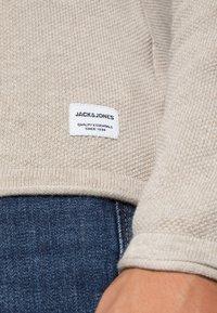 Jack & Jones - JJEHILL CREW NECK - Stickad tröja - oatmeal melange - 4