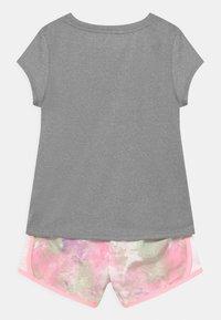 Nike Sportswear - SKY DYE TEMPO SET - T-shirt print - arctic punch - 1