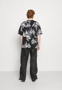 Jaded London - HAND DRAWN WOODLAND SCENE - Print T-shirt - black/white - 2