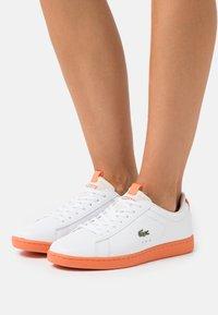 Lacoste - CARNABY EVO - Baskets basses - white/orange - 0