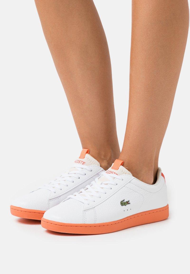 Lacoste - CARNABY EVO - Baskets basses - white/orange