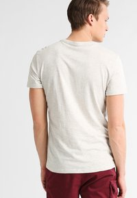 Pier One - T-shirt - bas - off-white - 2