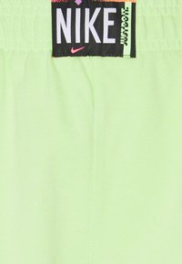 Nike Sportswear - WASH  - Shorts - ghost green/black - 2
