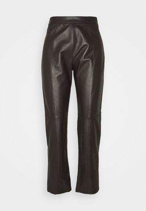 ARIELLA - Pantalon en cuir - dunkel braun