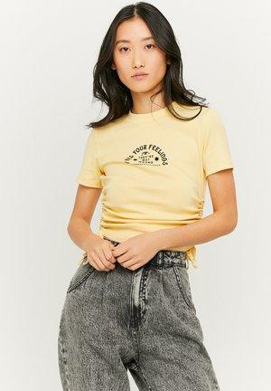 GERÜSCHTES - Print T-shirt - yellow