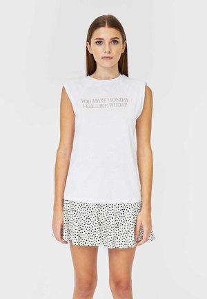 MIT SCHULTERPOLSTERN UND PRINT - Print T-shirt - white
