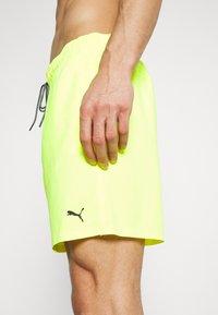Puma - SWIM MEN MEDIUM LENGTH - Surfshorts - neon yellow - 4
