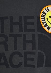 The North Face - PATCHES TEE ASPHALT - Print T-shirt - asphalt grey - 2