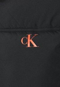 Calvin Klein Jeans - COLOURBLOCK PUFFER - Kurtka zimowa - black/ white / red - 2