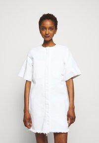 Victoria Victoria Beckham - FRAYED HEM MINI DRESS - Sukienka jeansowa - white - 0