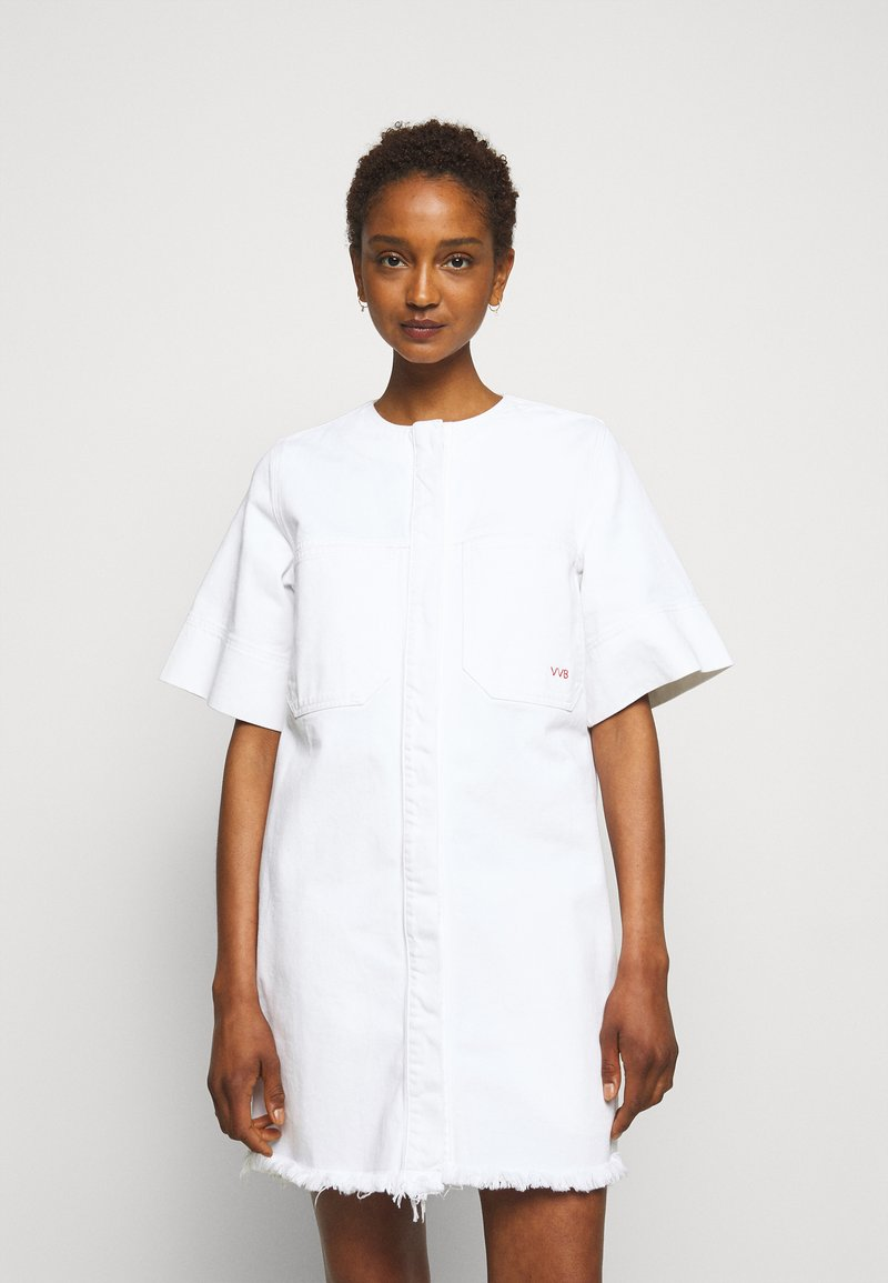 Victoria Victoria Beckham - FRAYED HEM MINI DRESS - Sukienka jeansowa - white