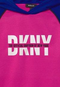 DKNY - HOODED - Denní šaty - fuschia - 2