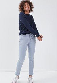 BONOBO Jeans - Pantalones chinos - bleu clair - 1