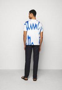 Paul Smith - GENTS SPRAY LOGO  - T-shirt z nadrukiem - white - 2