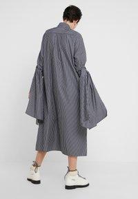 MM6 Maison Margiela - Maxi šaty - black/white - 2