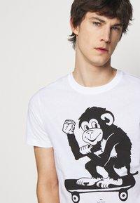 PS Paul Smith - MENS SLIM FIT SKATE MONKEY - Print T-shirt - white - 4