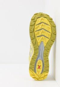 La Sportiva - JACKAL WOMAN - Trail running shoes - celery/kiwi - 4