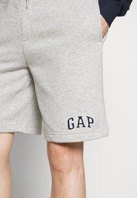 GAP - NEW ARCH LOGO - Shorts - light heather grey - 4