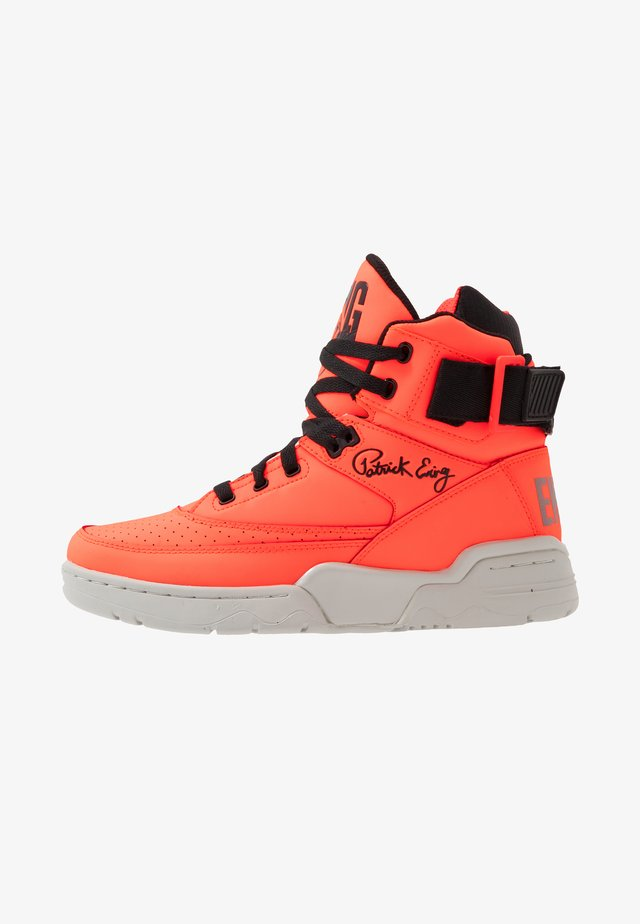 33 - High-top trainers - alarm red