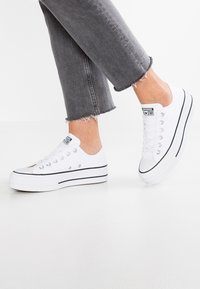 Converse - CHUCK TAYLOR ALL STAR LIFT - Sneakersy niskie - white/garnet/navy - 0