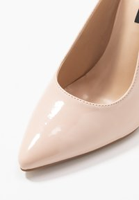 Lost Ink - POINTED HIGH COURT WITH ANKLE STRAP - Escarpins à talons hauts - nude - 2